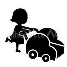 乗り物を押す女の子
