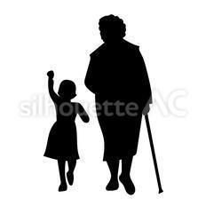 孫と歩く女性