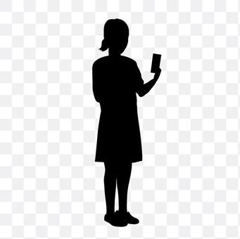 查看智能手机的女性